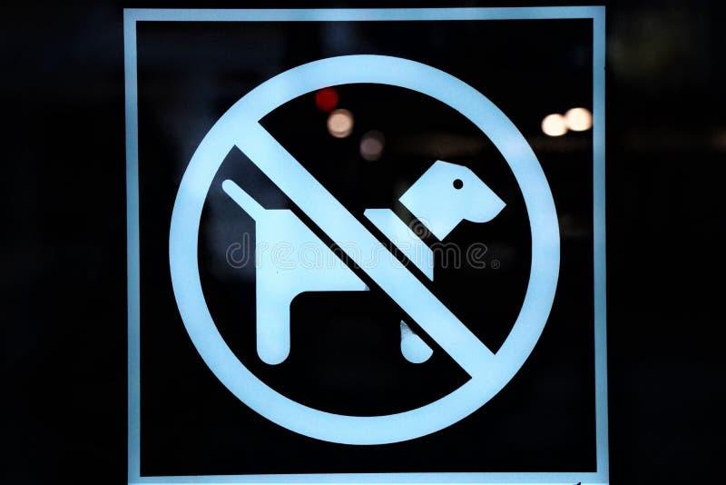 Los perros no se permiten dentro foto de archivo