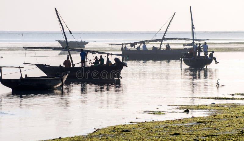 Los pescadores africanos se están preparando para ir a pescar foto de archivo