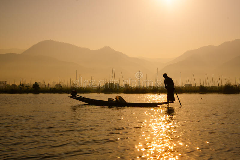 Los pescadores cogen los pescados para la comida en salida del sol en el lago Inle fotos de archivo libres de regalías