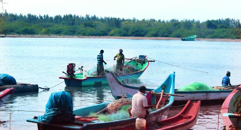 Los pescadores están listos para coger pescados en el arasalaru del río cerca de la playa karaikal foto de archivo libre de regalías