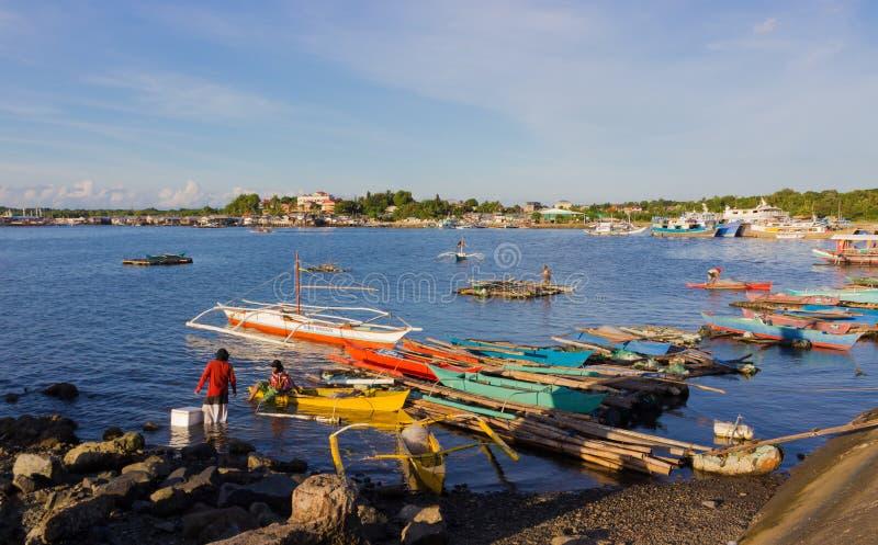 Los pescadores filipinos acabaron día laborable imagen de archivo