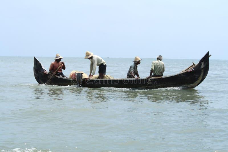 Los pescadores hacen la pesca usando el barco y la red de pesca fotos de archivo libres de regalías