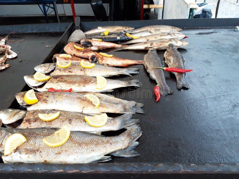 Los pescados asados a la parrilla sirvieron en festival de la comida imagenes de archivo