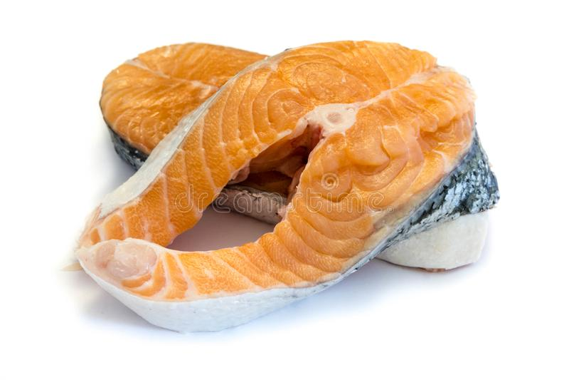 Los pescados de los mariscos de la fila del filete de color salmón aislaron el fondo del blanco del recorte imagen de archivo libre de regalías