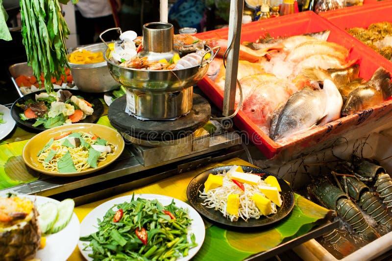 Los pescados en una comida de la calle atascan al fin de semana el mercado, Phuket, Tailandia imágenes de archivo libres de regalías