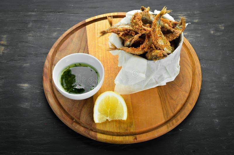 Los pescados finos cocieron en aceite con la salsa foto de archivo libre de regalías