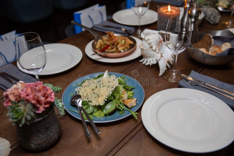 Los pescados frieron con las verduras, la ensalada de los mariscos y el vino Comida sana viva foto de archivo libre de regalías