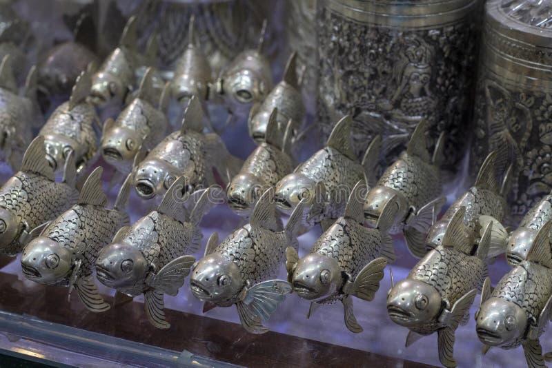 Los pescados metálicos en mercado se colocan, arte tradicional de Camboya Tienda de souvenirs para la estatuilla metálica de la c fotografía de archivo