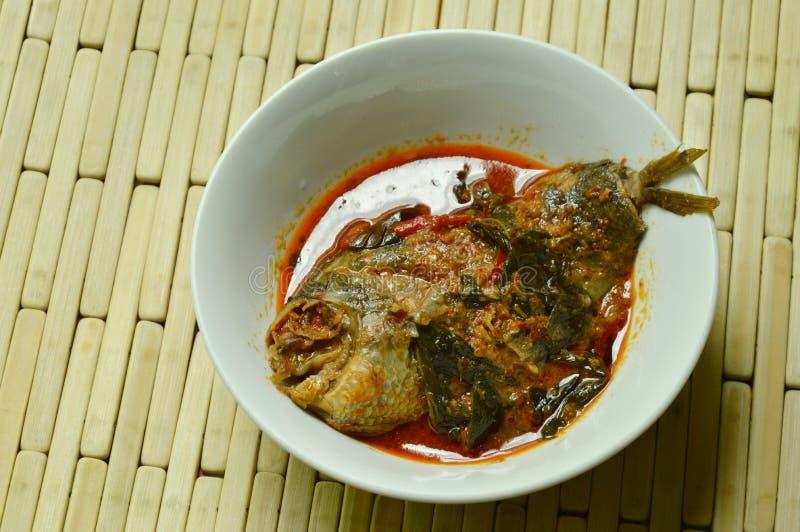 Los pescados picantes del Osphromemus gorami que subían secaron la goma roja del curry con albahaca en el cuenco fotos de archivo
