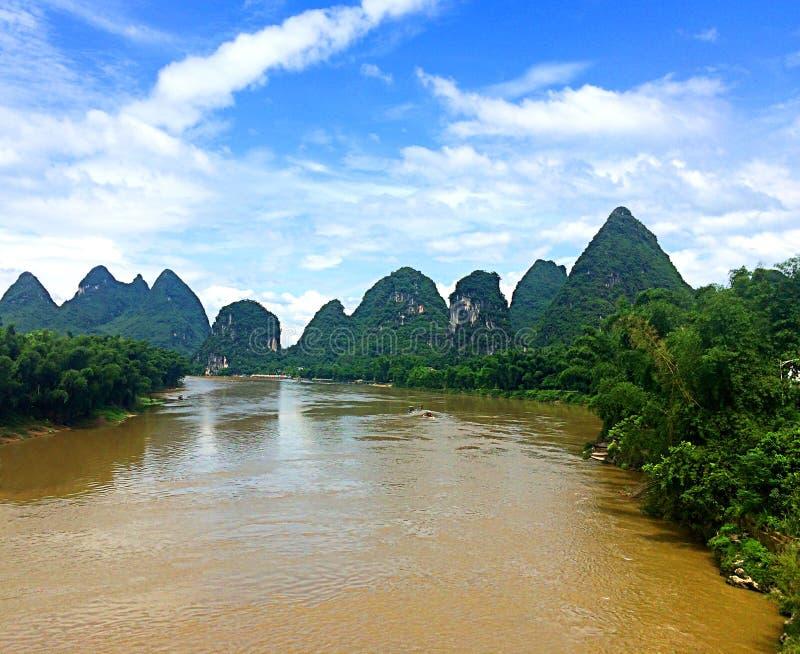 Los picos dentados de Yangshuo a lo largo de Li River en China meridional imagenes de archivo