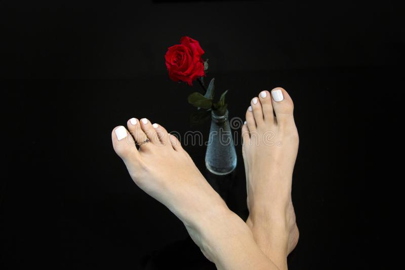Los pies de la muchacha de belleza ideal con Mortons tocan con la punta del pie en negro, piel cuidada suave y dedos del pie con  fotos de archivo libres de regalías