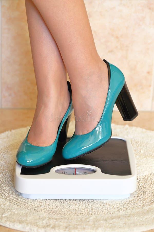 Los pies de la mujer en tacones altos foto de archivo