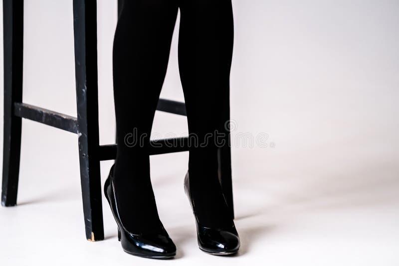 Los pies de las mujeres en medias o medias negras fotos de archivo libres de regalías
