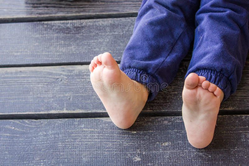 Los pies de los niños descalzos foto de archivo libre de regalías