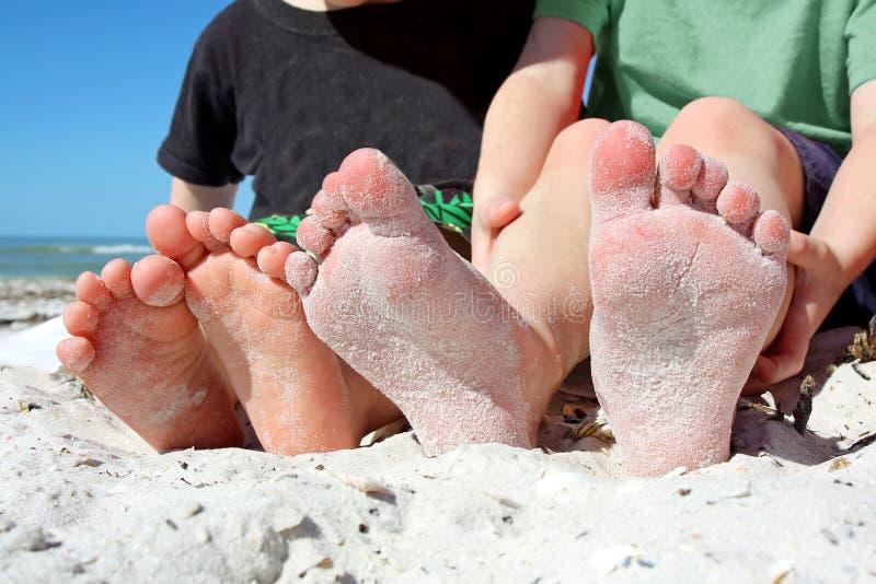 Los pies de Sandy Kid en la playa fotos de archivo libres de regalías
