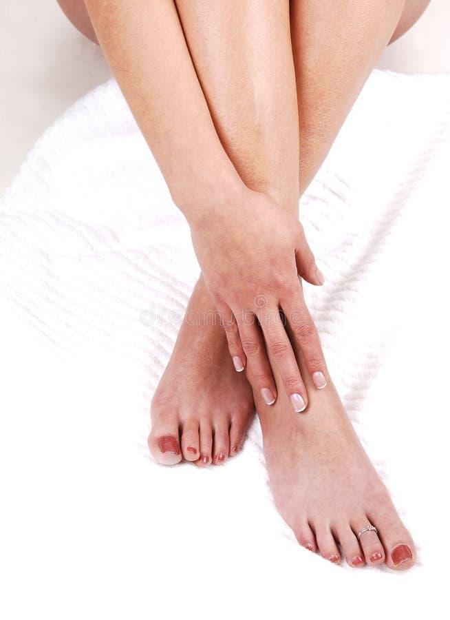 Los pies de una mujer joven. foto de archivo