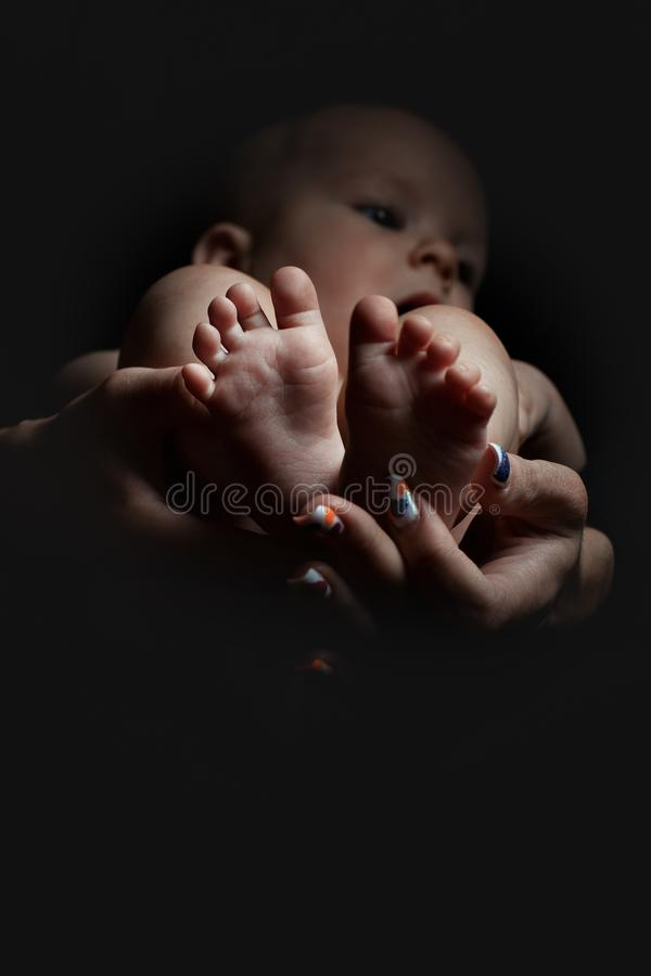 Los pies del bebé se cierran para arriba foto de archivo libre de regalías