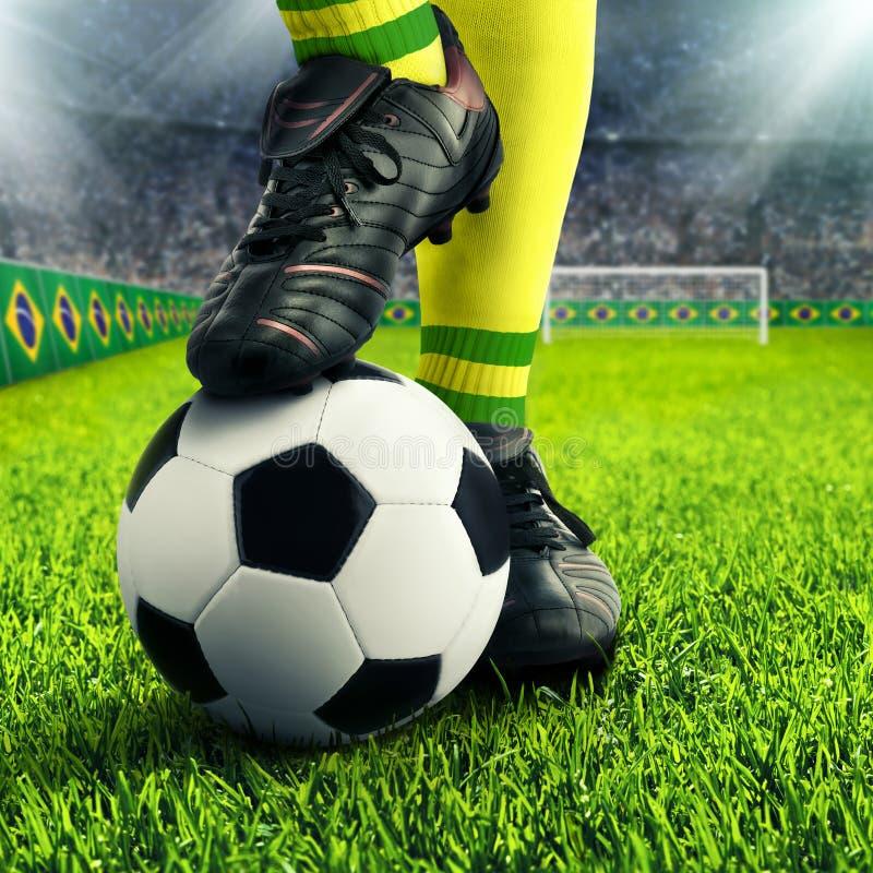 Los pies del jugador de fútbol brasileño imagen de archivo