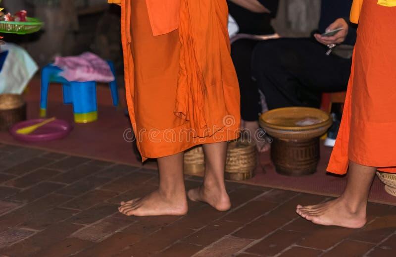 Los pies del primer de los monjes Alimentación de los monjes El ritual se llama Tak Bat, Luang Prabang, Laos fotografía de archivo