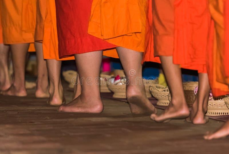 Los pies del primer de los monjes Alimentación de los monjes El ritual se llama Tak Bat, Luang Prabang, Laos fotografía de archivo libre de regalías