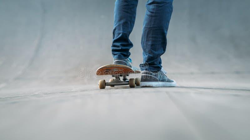 Los pies del skater se divierten al hombre urbano de la forma de vida activa foto de archivo
