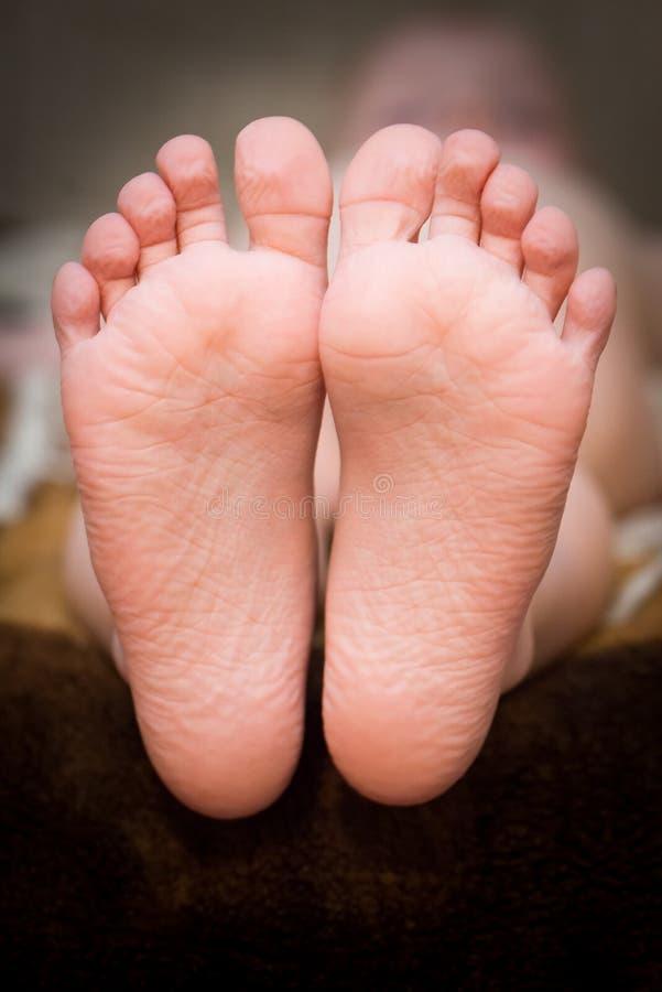 Los pies desnudos de una niña foto de archivo