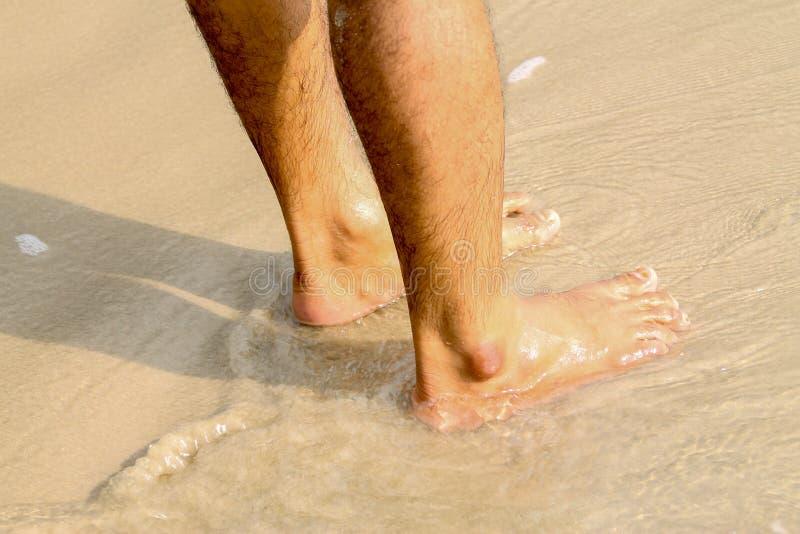 Los pies humanos que caminan en la playa, turista se relajan el vacaciones de verano fotografía de archivo