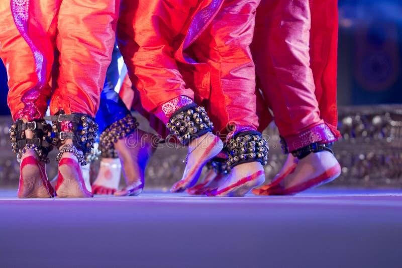 Los pies tradicionales indios de los bailarines del odissi con las campanas tradicionales del tobillo llamaron el ghungroo, Alta imagen de archivo libre de regalías