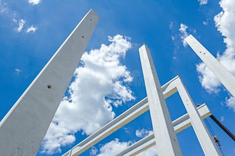 Los pilares concretos largos están entrando el cielo hermoso, joi concreto foto de archivo