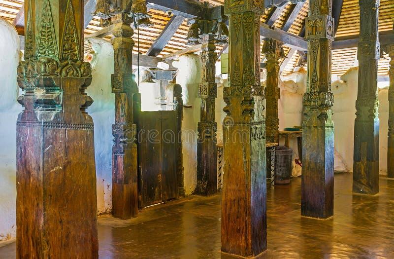 Los pilares de madera en el templo de Padeniya imágenes de archivo libres de regalías