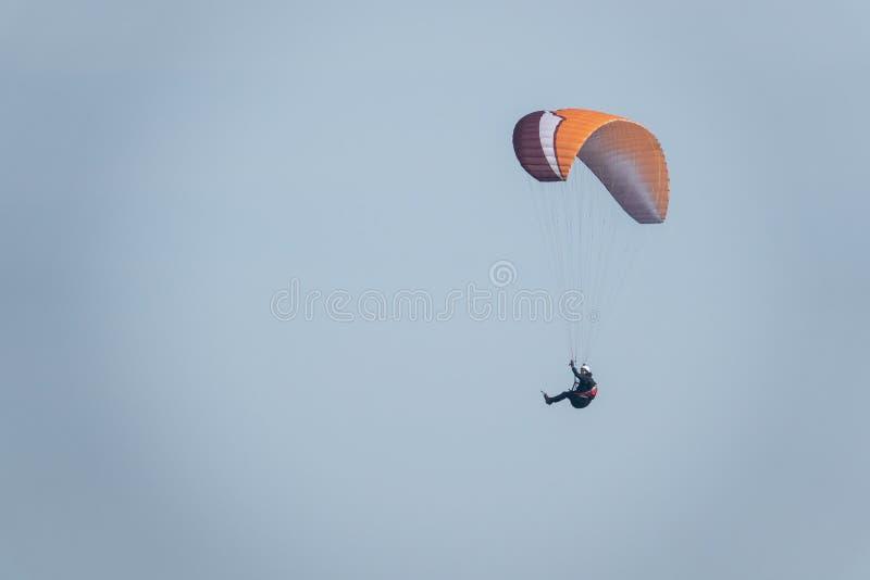 Los planeadores de Para vuelan a lo largo de la costa escarpada del mar B?ltico foto de archivo libre de regalías