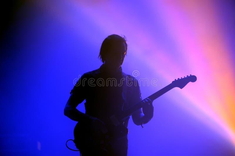 Los Planetas西班牙语的吉他弹奏者的剪影结合 库存照片