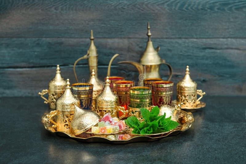 Los platos de oro de la mesa de centro oriental del té encantan la menta el Ramadán