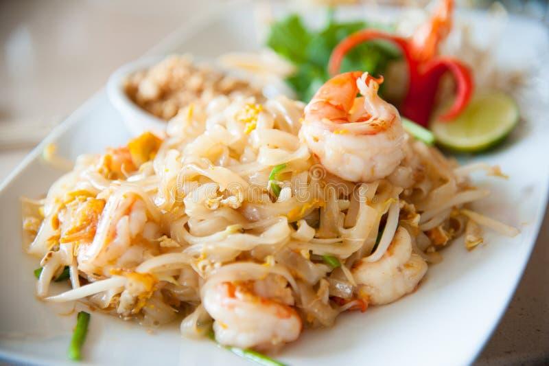 tallarines de arroz Stir-fritos con el huevo, la verdura y el camarón (cojín tailandés) fotografía de archivo libre de regalías