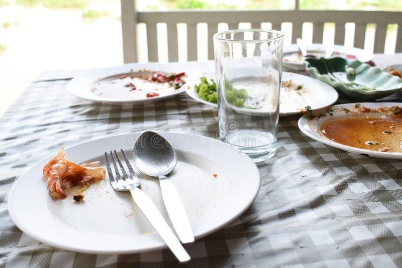 Los platos y los vidrios son sucios fotos de archivo