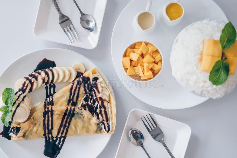Los postres coreanos del mango de Bingsu afeitaron los postres del hielo con el mango, DES japonés del crespón frío del plátano fotos de archivo