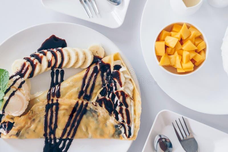 Los postres coreanos del mango de Bingsu afeitaron los postres del hielo con el mango, DES japonés del crespón frío del plátano fotos de archivo libres de regalías