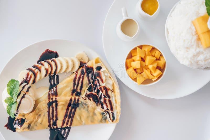 Los postres coreanos del mango de Bingsu afeitaron los postres del hielo con el mango, DES japonés del crespón frío del plátano imagen de archivo libre de regalías
