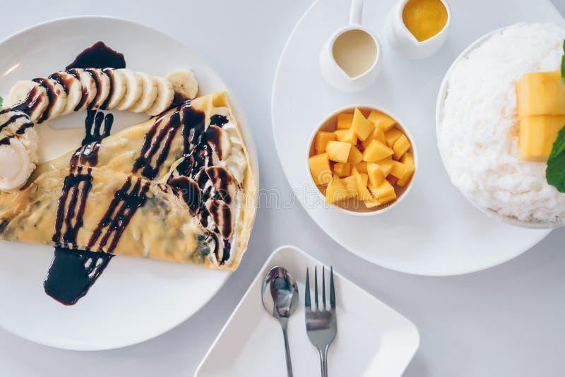 Los postres coreanos del mango de Bingsu afeitaron los postres del hielo con el mango, DES japonés del crespón frío del plátano imagen de archivo