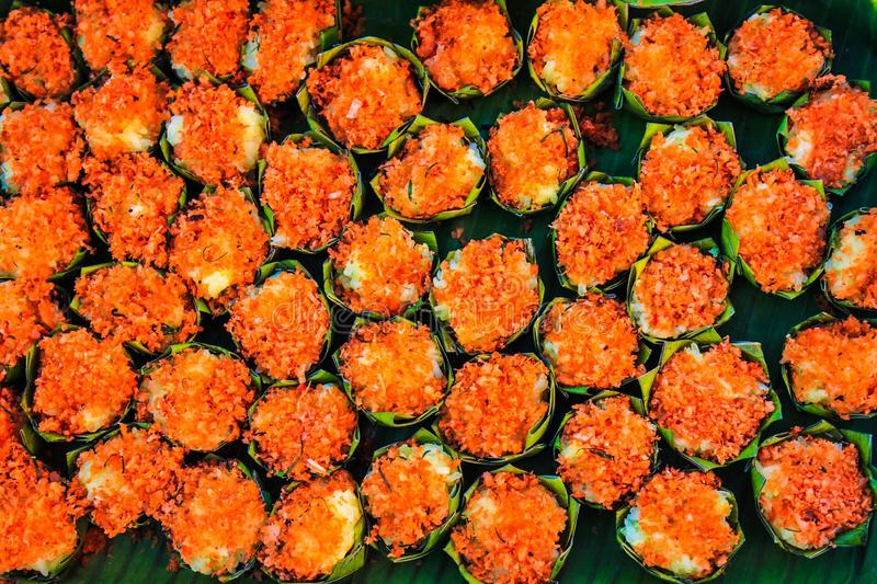 Los postres tailandeses coloridos llenos en hojas redondas del plátano arreglaron maravillosamente imágenes de archivo libres de regalías