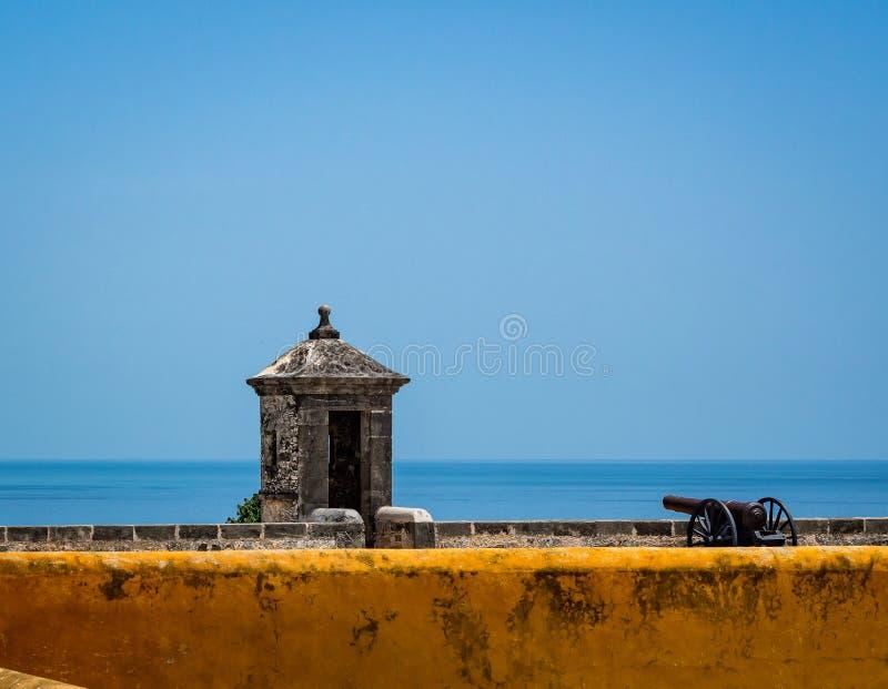 Los posts del cañón y del guardia de un looki Español-colonial del fuerte del estilo foto de archivo