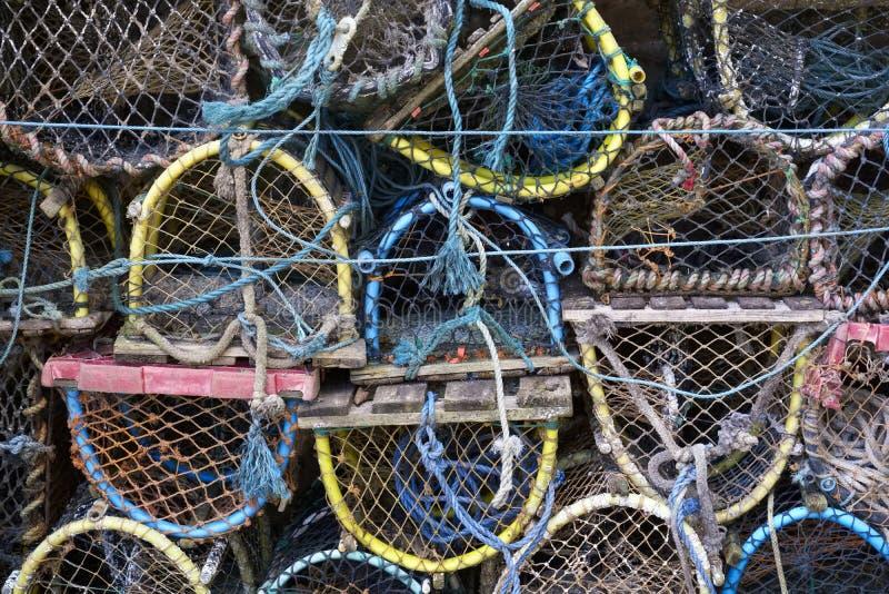 Los potes de pescados de la langosta y del cangrejo pescaron las cajas apiladas en puerto fotografía de archivo libre de regalías