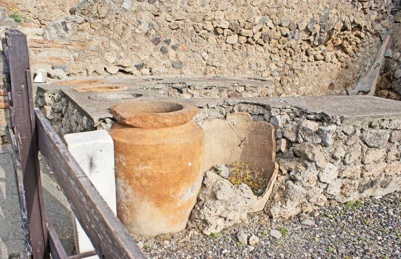 Los potes del aceite de oliva imagenes de archivo