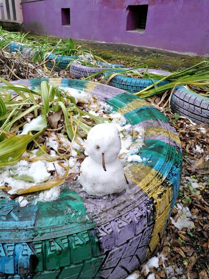 Los primeros pequeños muñecos de nieve en nuestra yarda imágenes de archivo libres de regalías
