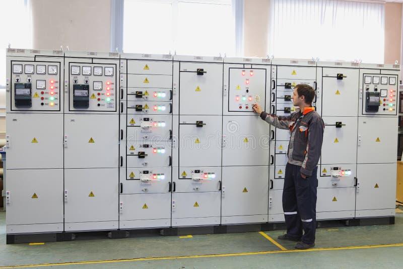Los productos de la ingeniería eléctrica, ingeniero hacen los servicios, testin fotos de archivo libres de regalías