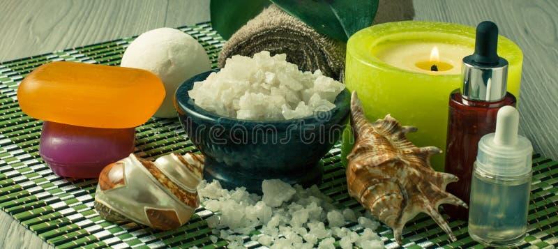 Los productos del balneario en fondo de madera ruedan con la sal del mar, conchas marinas fotografía de archivo libre de regalías