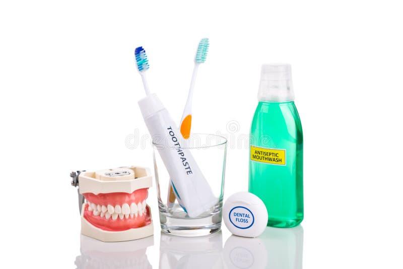 Los productos esenciales del cuidado oral afilaron el cepillo de dientes, crema dental, mou fotos de archivo libres de regalías