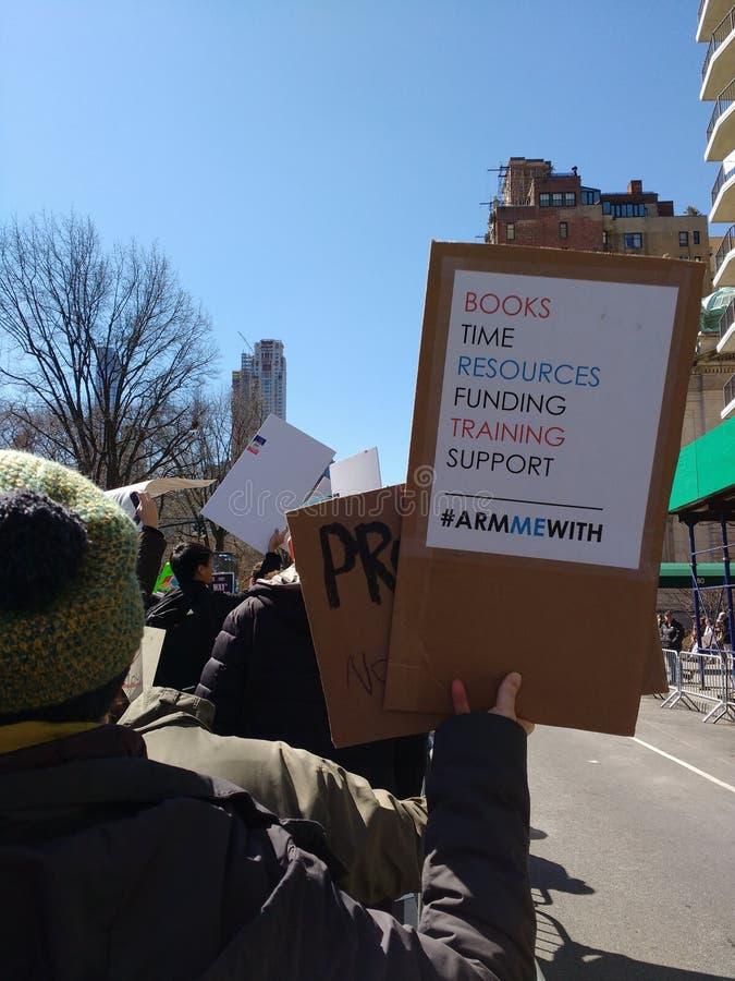 Los profesores americanos, me arman con Hashtag, marzo por nuestras vidas, NYC, NY, los E.E.U.U. fotografía de archivo libre de regalías