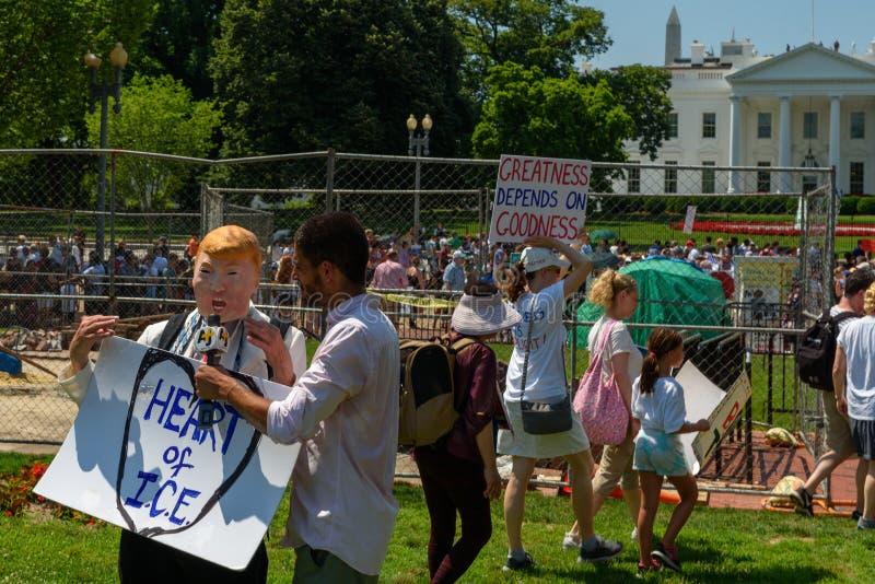 Los Protestors en las familias pertenecen juntos reunión foto de archivo