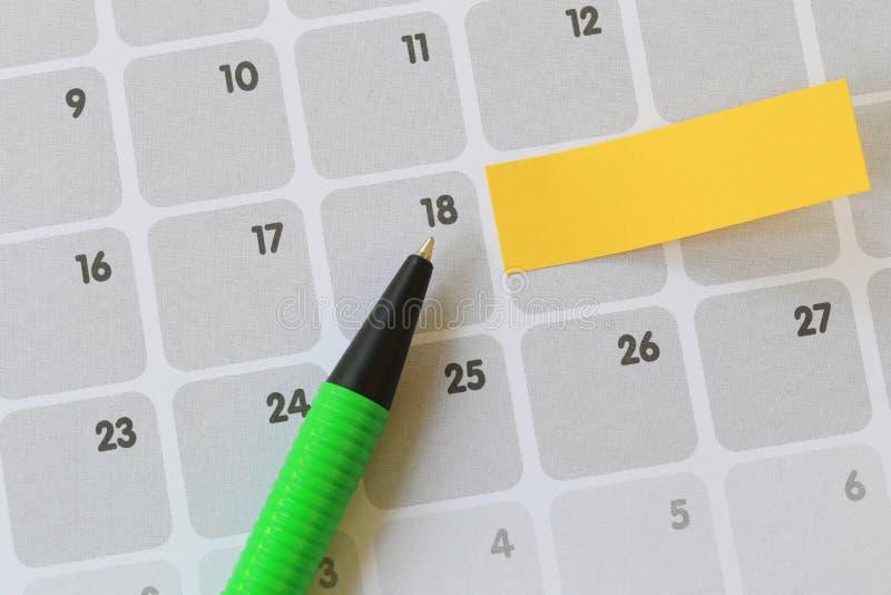 Los puntos de pluma verdes a un número dieciocho de calendario y tienen espacio en blanco foto de archivo